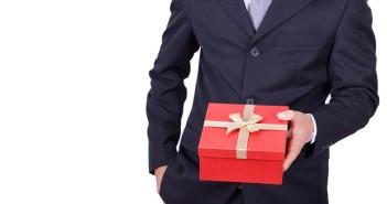 Weihnachtsgeschenke für Kunden: Dankeschön oder Bestechung?